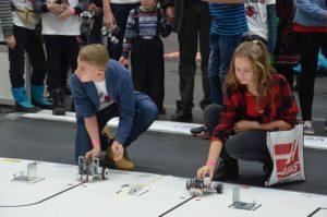 Robotexi võistleja Kostivere tiimist ja robot on joonejälgimiseks valmis.